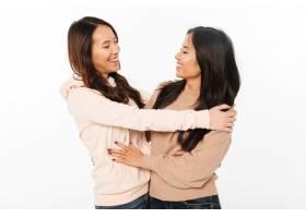 两个亚洲美女姐妹拥抱在一起_6695652