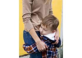可爱的小男孩抱着他的母亲_7146559