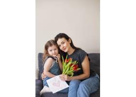可爱的年轻女孩和她的母亲合影留念_7146668