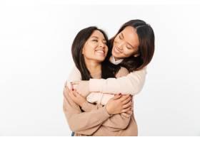 两位亚洲美女姐妹拥抱在一起_6695660