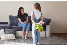 可爱的年轻女孩用礼物给母亲带来惊喜_7146676