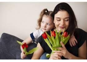 可爱的年轻女孩用鲜花给母亲带来惊喜_7146656