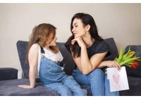 可爱的年轻女孩用鲜花给母亲带来惊喜_7146673