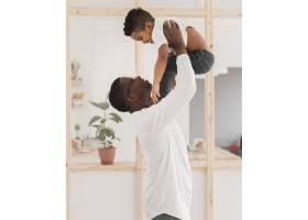 中等射程的父亲和儿子在室内玩耍_7119905