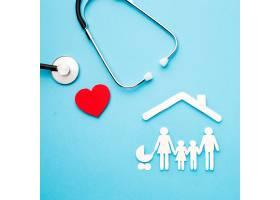 听诊器和带剪纸家庭的心脏_7413251