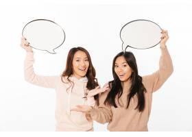 亚洲积极向上的女士姐妹拿着演讲泡泡_6695884