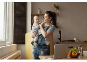 在家中带着婴儿的前视母亲_7542959