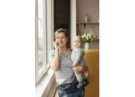 在家中带着婴儿的前视母亲_7542968