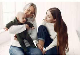 优雅的奶奶在家里带着女儿和孙女_7375887
