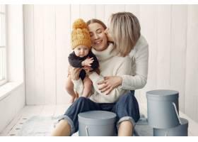 优雅的奶奶在家里带着女儿和孙子_7375922