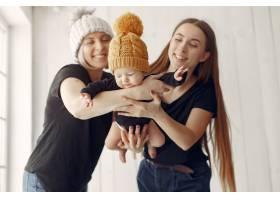 优雅的奶奶在家里带着女儿和孙子_7375935