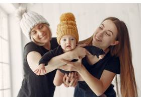 优雅的奶奶在家里带着女儿和孙子_7376535