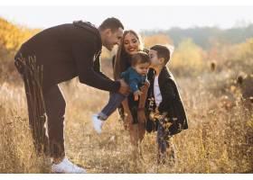 公园里有两个儿子的年轻家庭_7377242