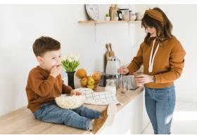 儿子在厨房里协助妈妈_6881416