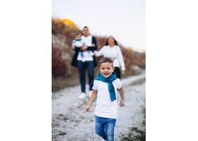 公园外有两个儿子的年轻家庭_7377223