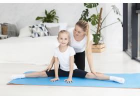 女儿在家和母亲一起锻炼身体_7435882