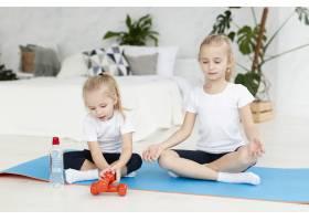 女孩在家中瑜伽垫上锻炼的前景_7435903