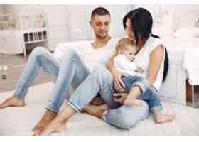 美丽的一家人在卧室里共度时光_6212110
