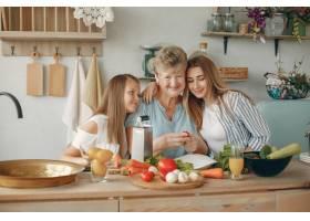 美丽的一家人在厨房做饭_5251207