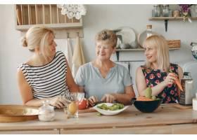 美丽的一家人在厨房做饭_5251222