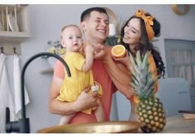 美丽的一家人在厨房做饭_5909682