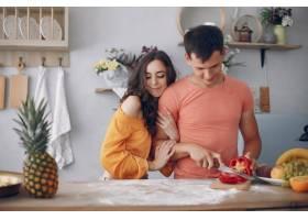 美丽的一家人在厨房做饭_5909702