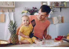 美丽的一家人在厨房做饭_5909715
