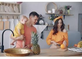 美丽的一家人在厨房做饭_5911727
