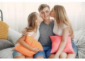 美丽的一家人在家里玩得开心_5251232