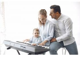 美丽的一家人在音乐工作室度过时光_6425568