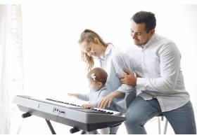美丽的一家人在音乐工作室度过时光_6425571