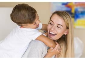 特写一位母亲在客厅里和她的儿子玩耍_6342173