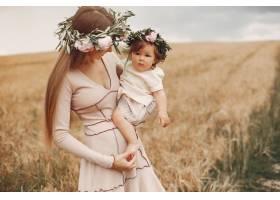 母亲带着女儿在夏日田野里玩耍_5557865