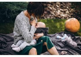 母亲带着她的小儿子在后院野餐_5852309