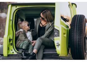 母亲带着她的小女儿坐在车后座_6213782