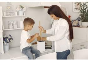 母亲带着小儿子在家里玩得很开心_5912072