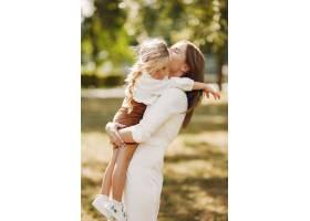 母亲带着小女儿在夏季公园玩耍_5912100
