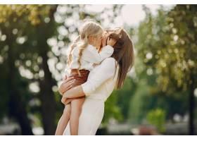 母亲带着小女儿在夏季公园玩耍_5912101