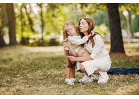 母亲带着小女儿在夏季公园玩耍_5912588