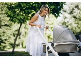 母亲带着年幼的女儿在公园散步_5495788