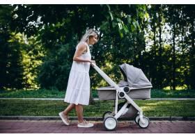 母亲带着年幼的女儿在公园散步_5495789