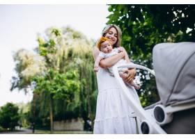母亲带着年幼的女儿在公园散步_5495790