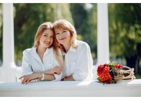 母亲带着年幼的女儿在夏季公园里_5557911