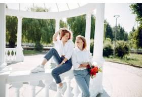 母亲带着年幼的女儿在夏季公园里_5557914