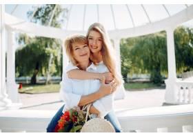 母亲带着年幼的女儿在夏季公园里_5557915