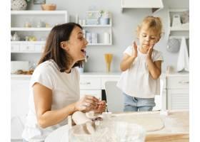 快乐的母女一起做饭_5918658