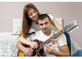 快乐的男人和女人弹着吉他_6363678