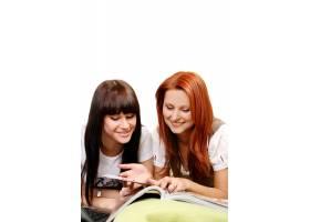 房间里有两个年轻漂亮的女孩_6285906