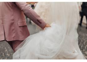 新娘们走在一起这是一个喜庆的婚礼日子_5333541