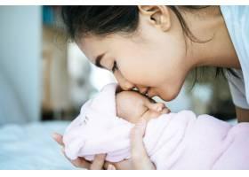新生的婴儿睡在母亲的怀里婴儿的额头上散_5897167